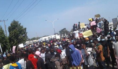 #EndSARS: Kwara Governor leads protesters to police headquarters (Video)
